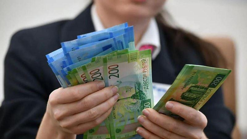 женщина получает деньги